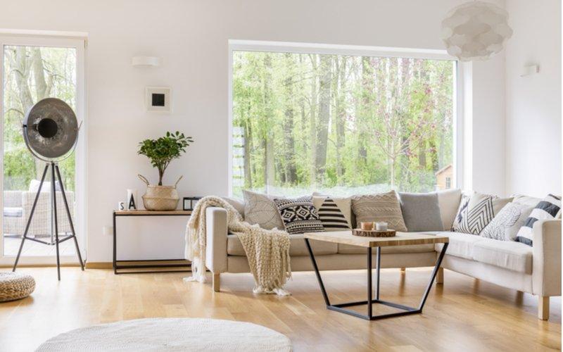 Minimalistický konferenčný stolík v obývačke