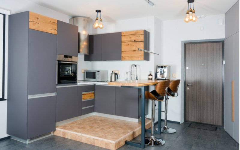 Moderná kuchyňa s pultom a dvomi barovými stoličkami