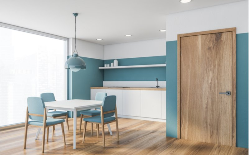 modro-biela minimalistická kuchyňa so štvorcovým bielym jedálenským stolom