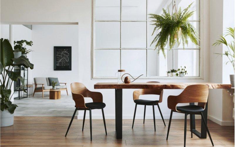 obdĺžnikový jedálenský stôl z masívu v bielom vzdušnom interiéri