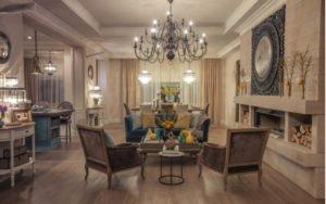 Obývačka s veľkým lustrom