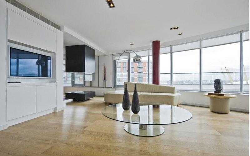 Sklenený stolík v modernej obývačke