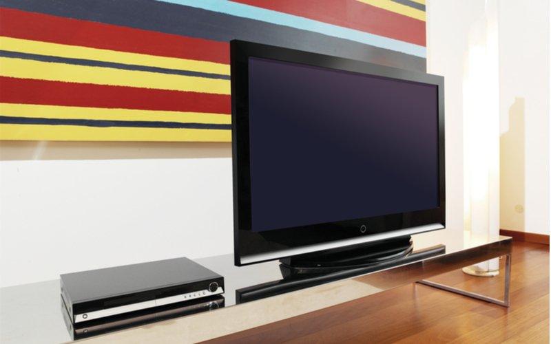 TV a prídavné zariadenie na TV stolíku