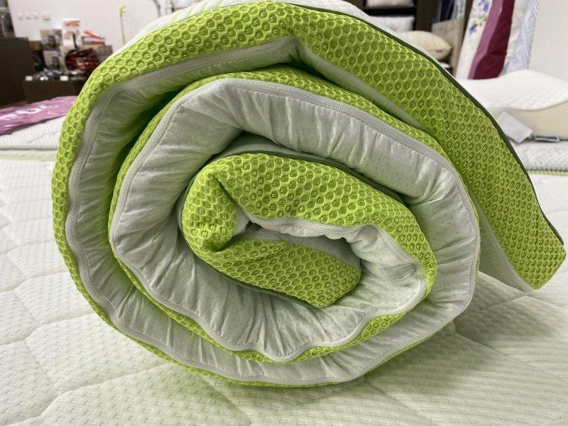 Zrolovaný bielo zelený vrchný matrac
