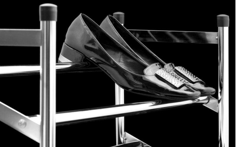 Kovový botník s párom topánok
