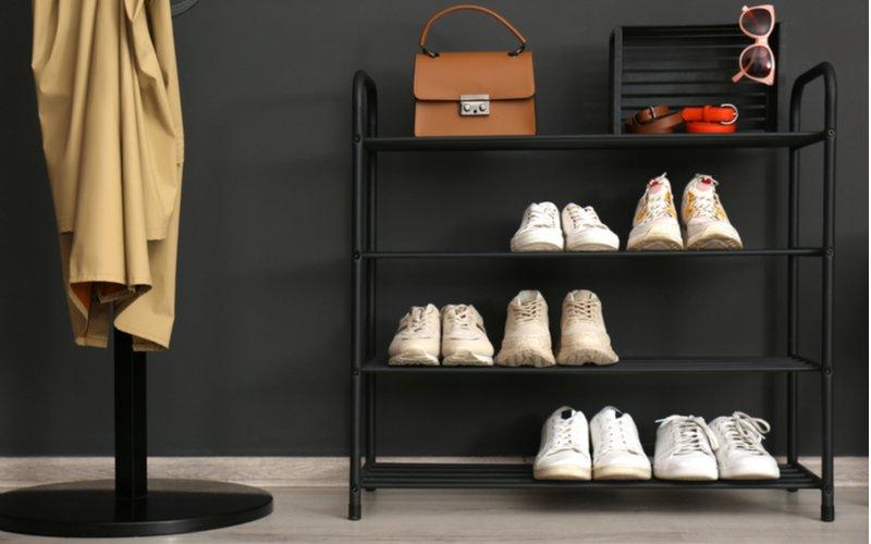 Otvorený kovový stojan na topánky