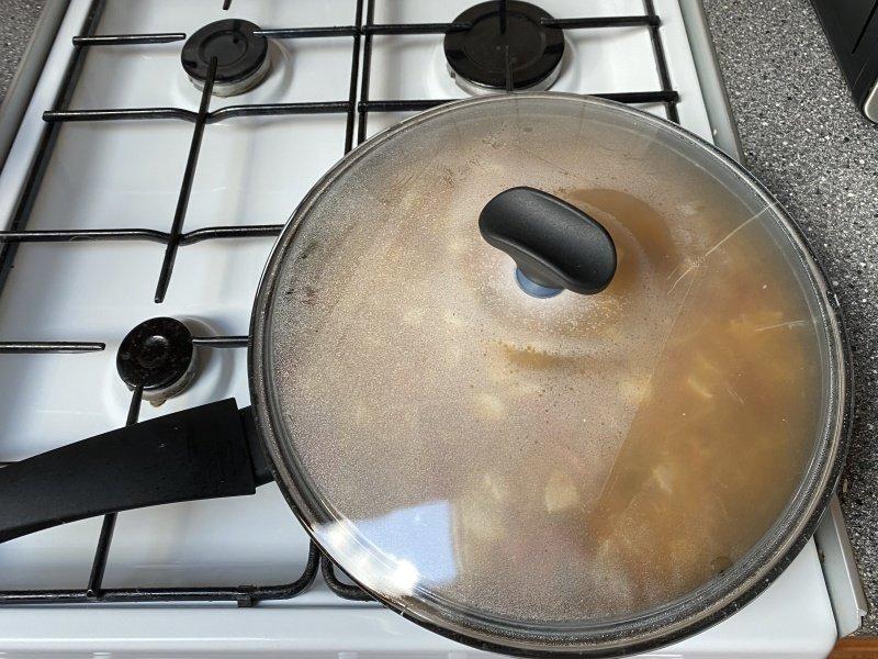 Jedlo varené na panvici pod pokrievkou