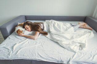 Dievča spí na rozkladacej pohovke