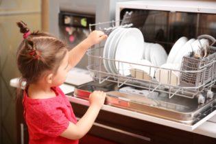 Dievčatko vykladá riad zo stolnej umývačky riadu