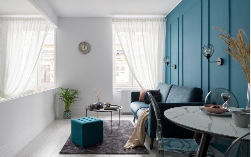 Štvorcová taburetka v obývačke