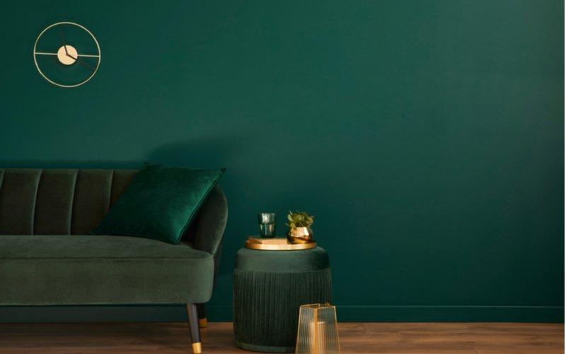 Zelená taburetka vedľa zelenej pohovky
