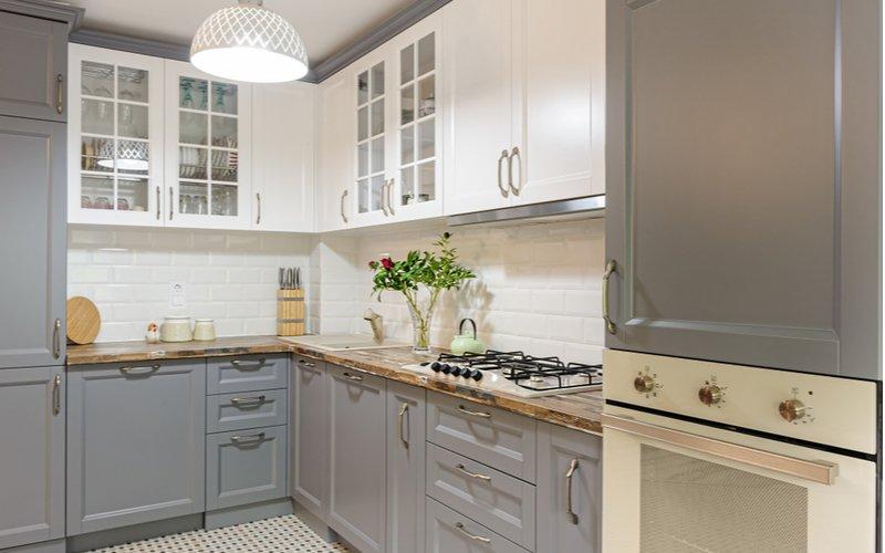 Biela kuchynská linka v kombinácii so sivou