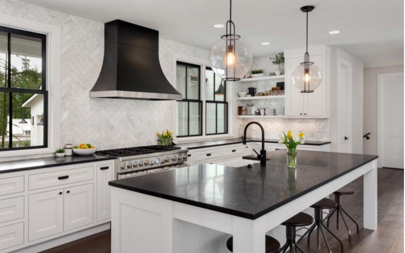 Biela kuchynská linka v kombinácii s čiernou
