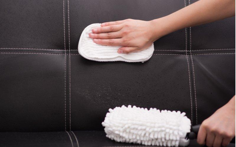 Jedným zo základných pravidiel týkajúcich sa toho, ako vyčistiť gauč, je použitie bielej čistej handričky