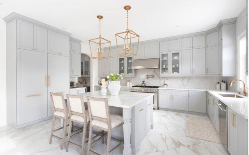 Biela kuchynská linka v štýle glamour