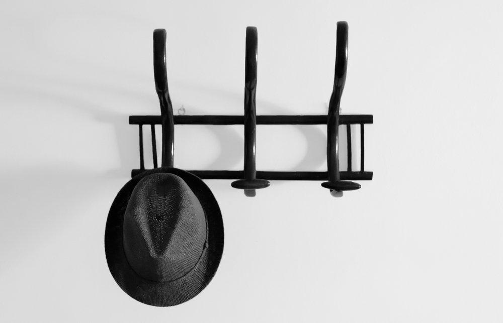 Kovový vešiak na stenu