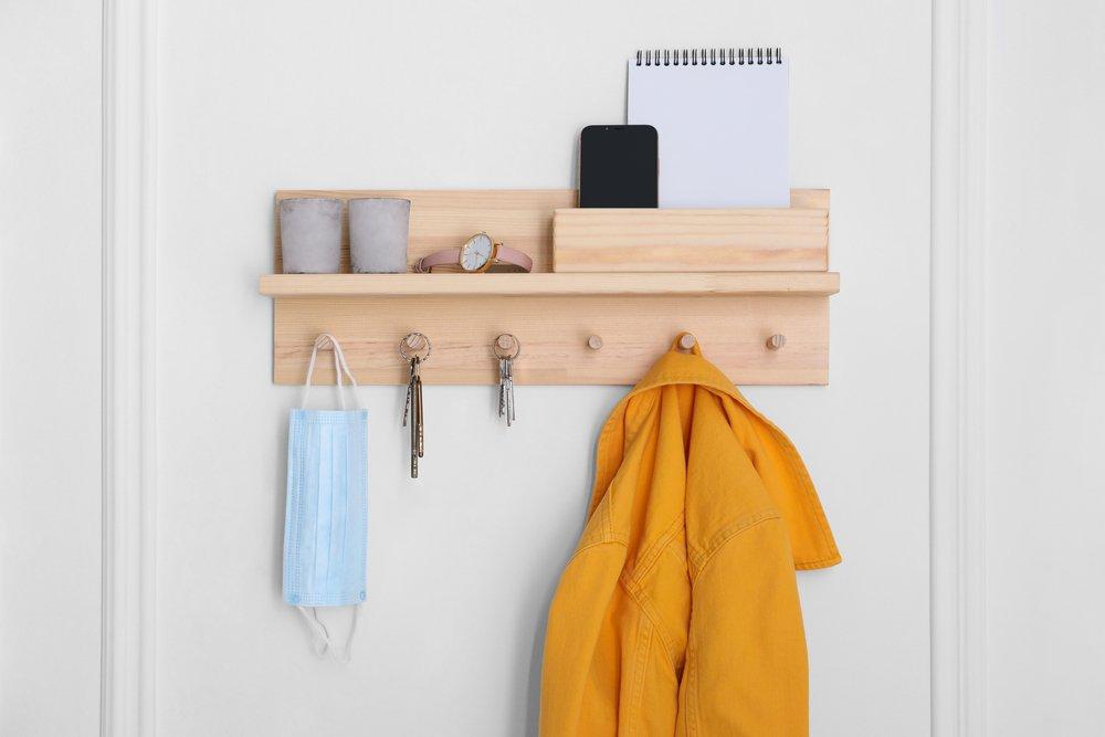 Moderný minimalistický vešiak na stenu