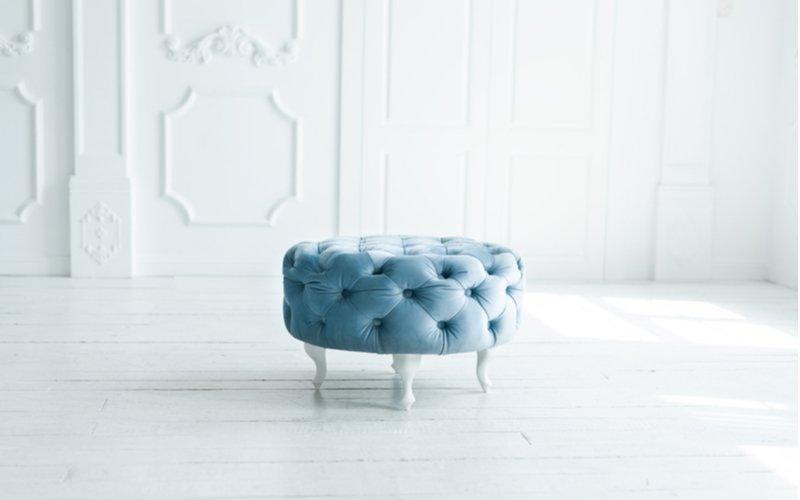 Všívaná modrá taburetka