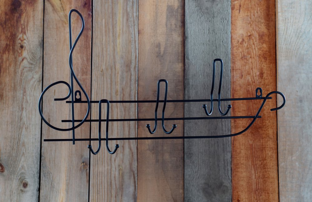 Rustikálny kovový vešiak na stenu