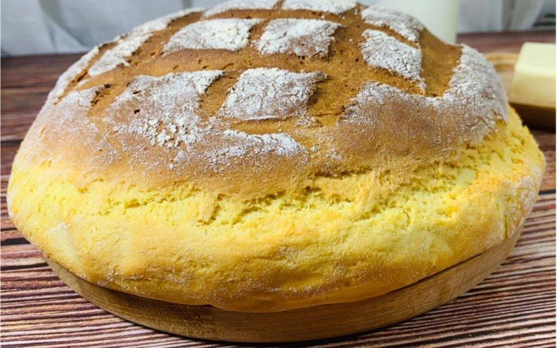kukuričný kváskový chlieb na drevenej doske