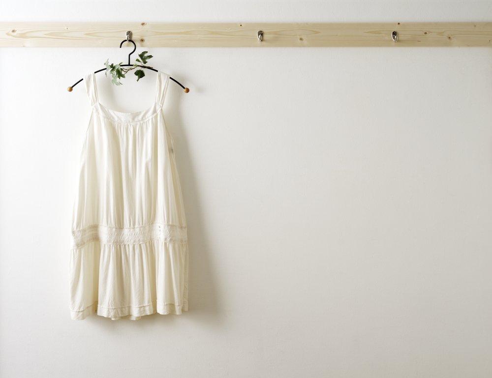 Biely vešiak na stenu