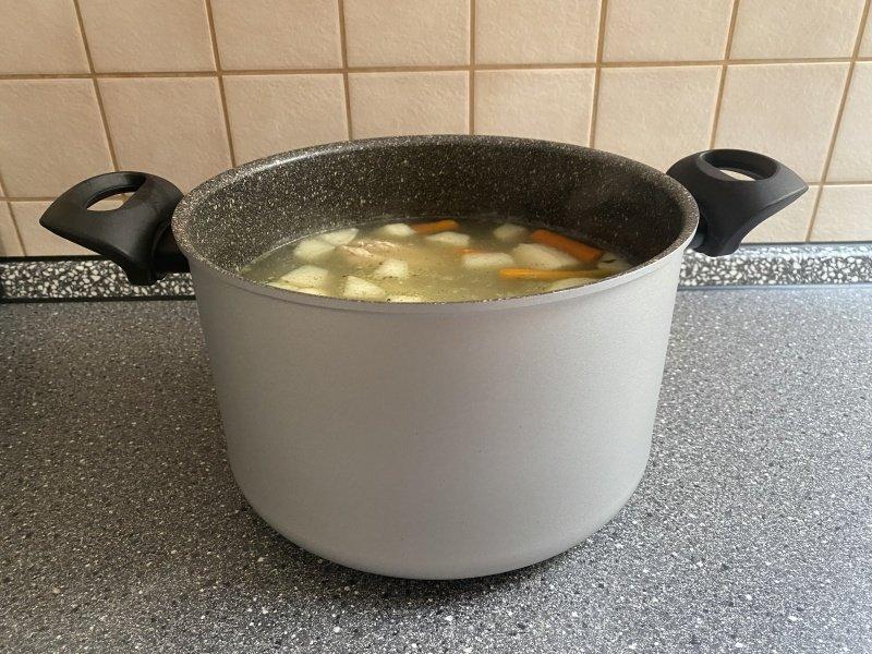 Zeleninová polievka v hrnci